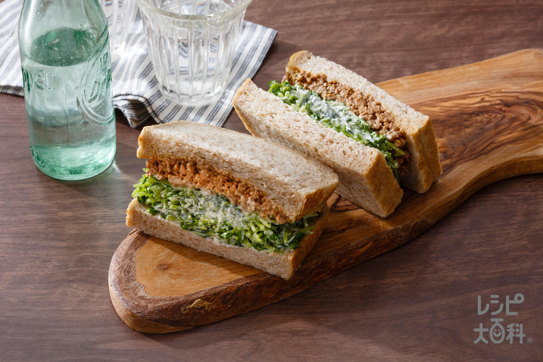 豆苗たっぷり肉みそサンドイッチ
