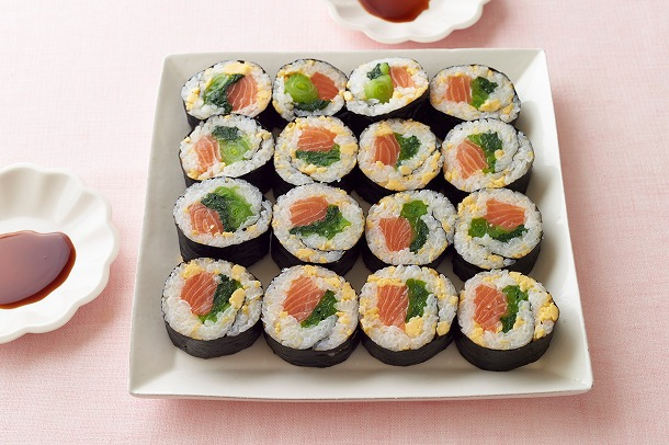 02_サーモンの彩り巻き寿司